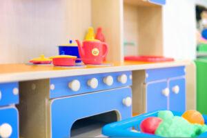 Otroške kuhinje iz kakovostnega lesa so TOP izbira