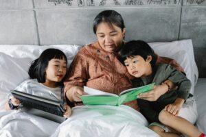 Babičino branje in pripovedovanje zgodb otrokom.