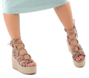 Ženski sandali s polno peto in vezicami v nežni rjavi barvi.