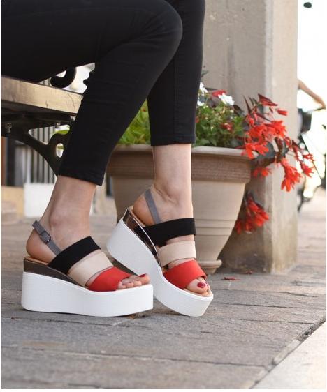 Ženske sandale v belo črno rdeči kombinaciji.